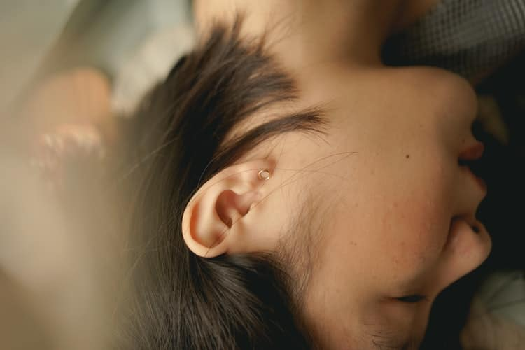3 razones por las que no debes limpiar tus oídos con bastoncillos