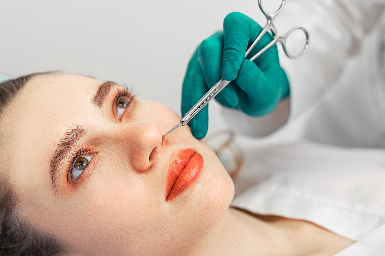 Mujer examinada con fractura de nariz