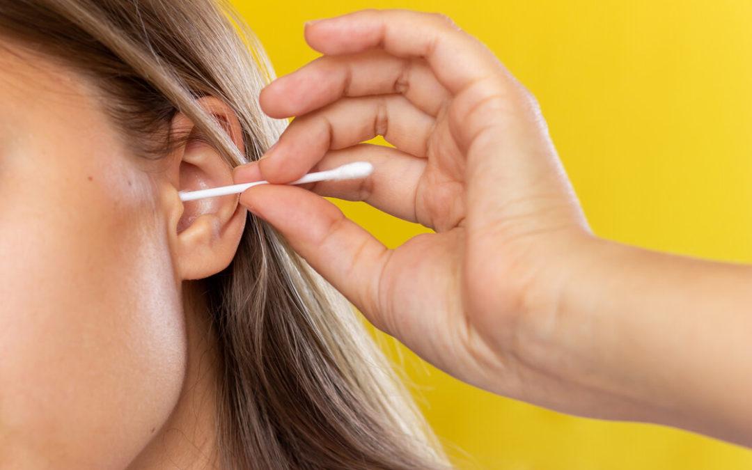¿Cómo se debe realizar la limpieza de los oídos?